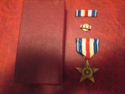 Genuine Early Vintage WWII Navy and Marine Corps USMC Silver Star medal with ribbon bar in red case